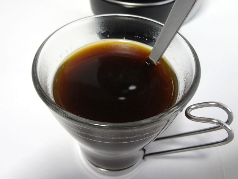 スティックコーヒーをかき混ぜた