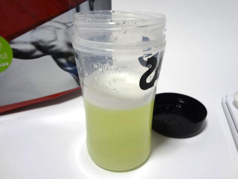 グロング EAA グリーンアップル風味をシェイカーで溶かす