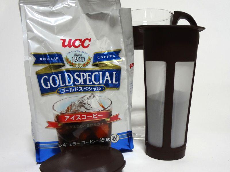 コーヒー粉をストレーナーに投入