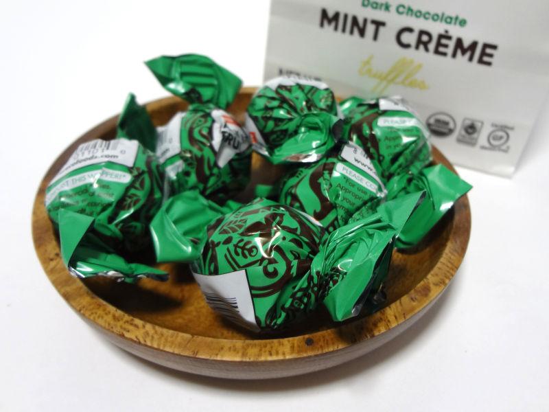 包装紙に包まれたチョコトリュフ