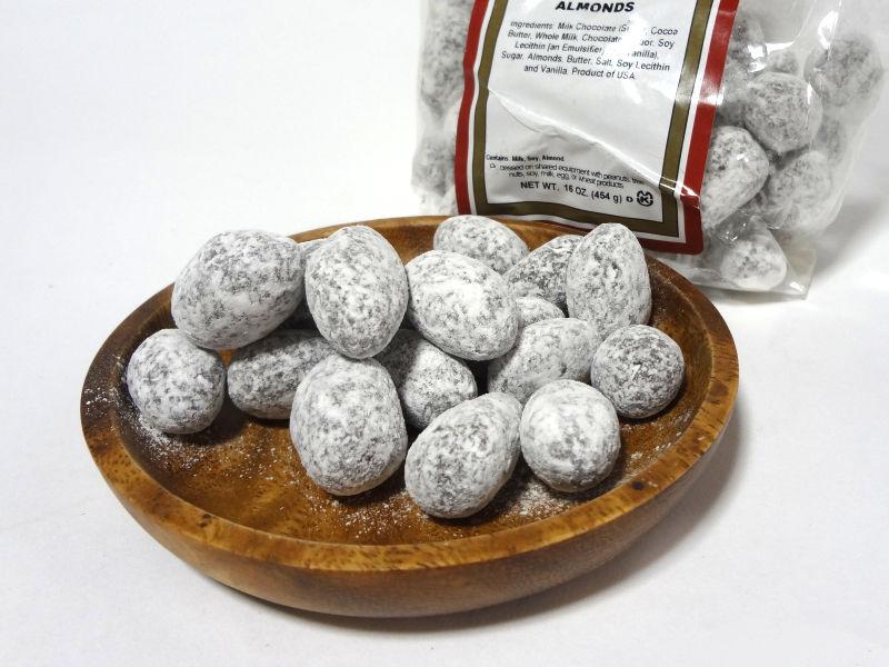 Bergin チョコレート トフィー アーモンドを小皿に取り出す