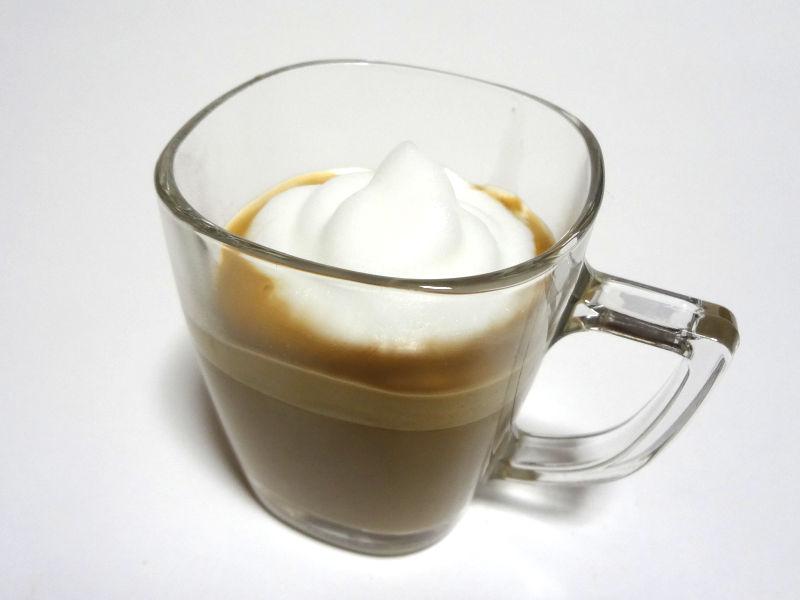 泡立てたミルクをコーヒーに入れたところ