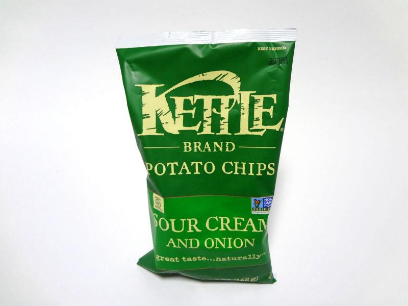 Kettle Foods ポテトチップス オニオン&サワークリーム のパッケージ