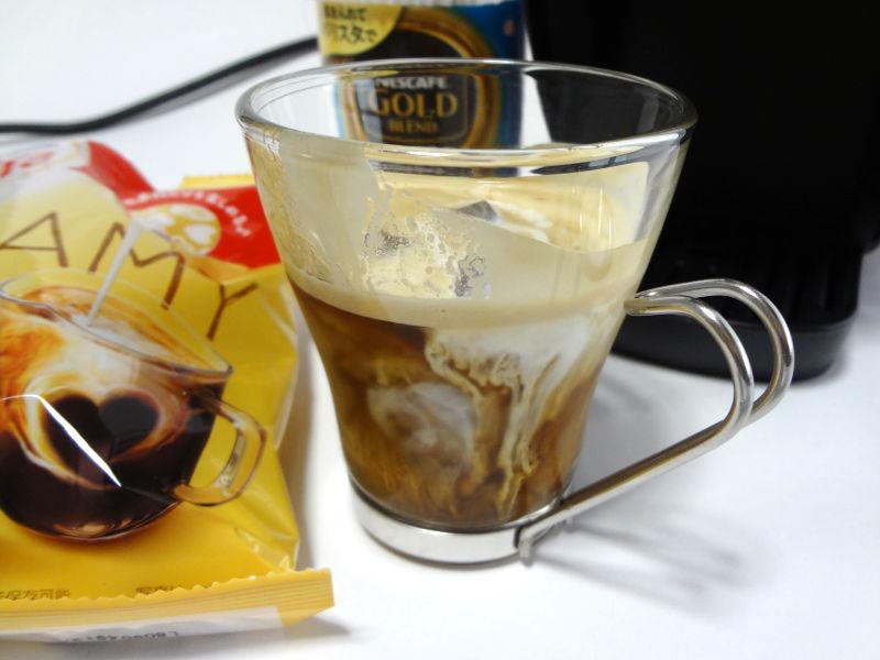 アイスコーヒーにクリームポーションを入れてラテにする