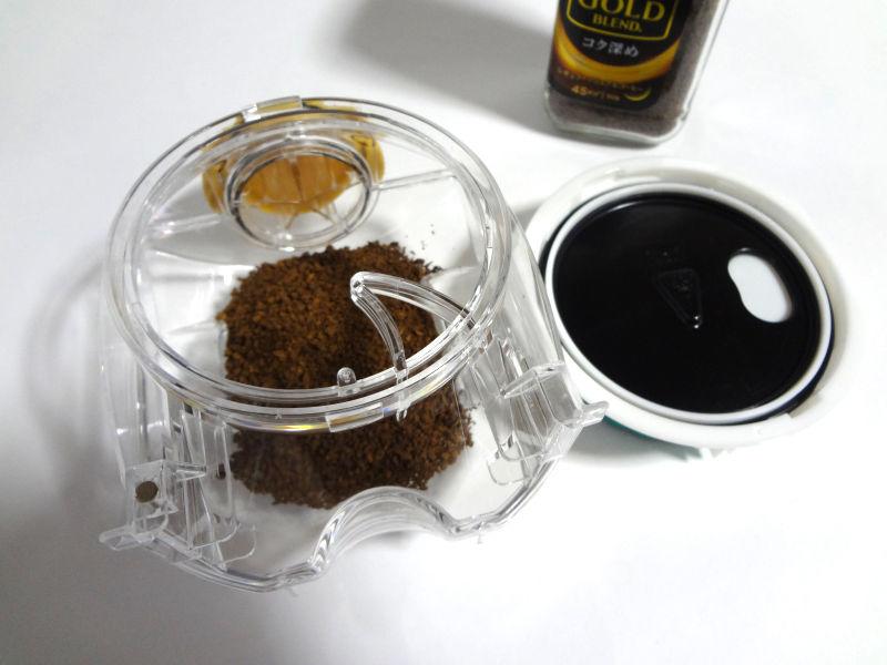 計量器をはずしてコーヒーパウダーを補充
