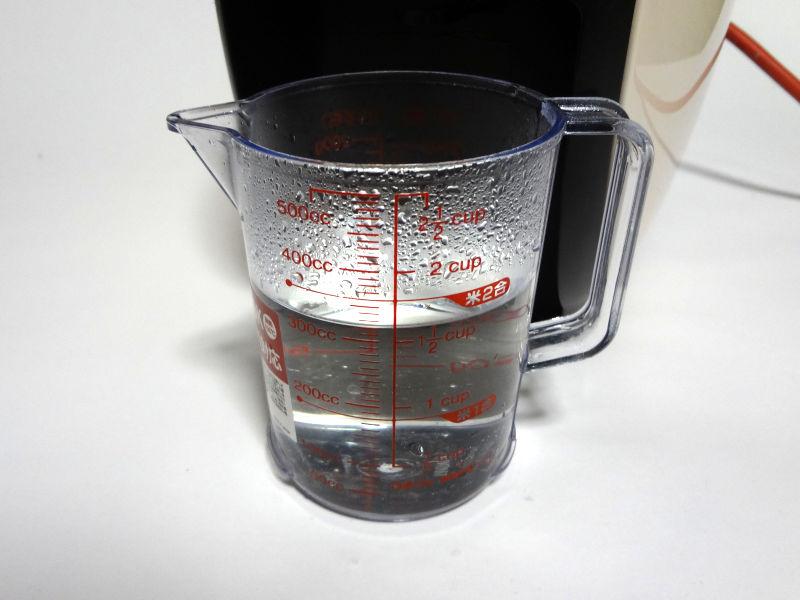 計量カップに抽出したお湯